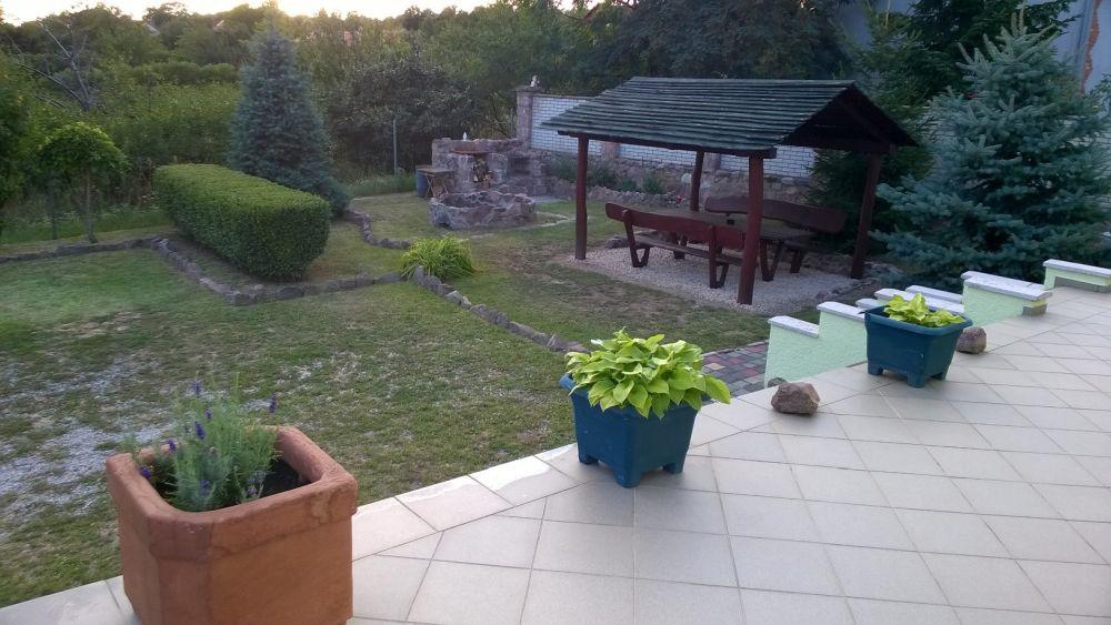Vendégház gondozott kertje